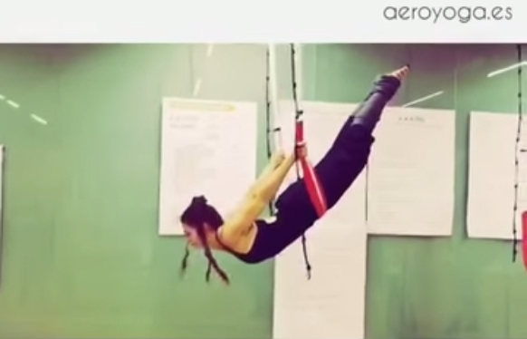 Ejercicio Acrobático de Yoga Aéreo en Barcelona, AeroYoga ® Teacher Training