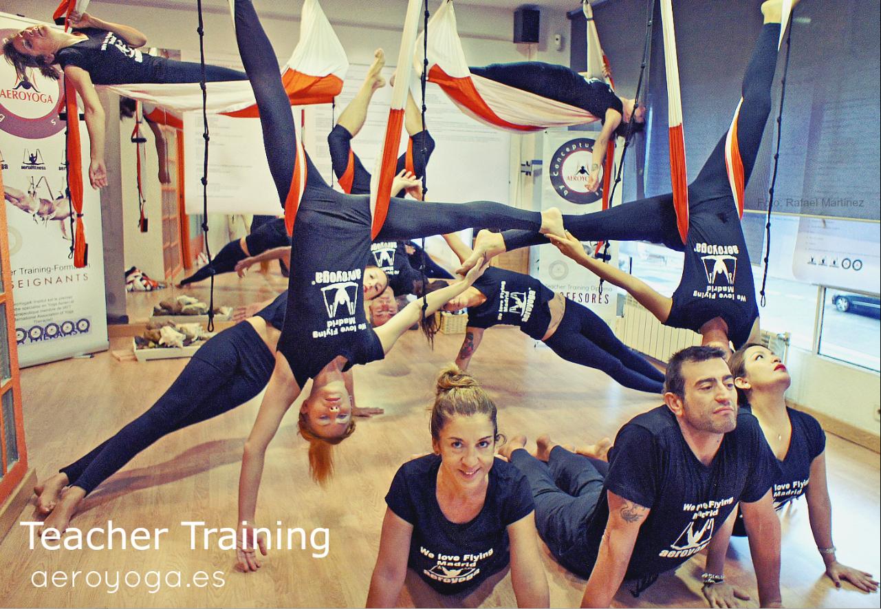 Ejercicio de Aero Yoga en Grupo