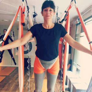 ejercicio acrobático formación yoga aéreo aeroyoga acroyoga