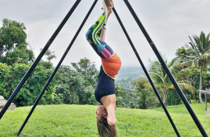 Beneficios Yoga Aéreo con la Postura del Sirsasana Boca Abajo, AeroYoga ®
