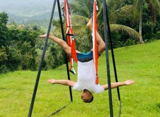 Formación Yoga Aéreo: Beneficios de la Postura del Aero Sirsasana con AeroYoga ®